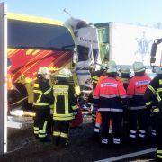 Horror-Crash mit 3 Toten! LKW rast in Reisebus (Foto)