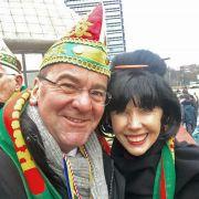 Peinlich oder gekonnt? Doris Schröder-Köpf verkleidet sich als Asiatin (Foto)