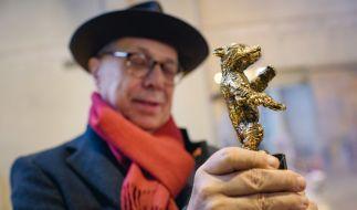 Der Direktor der Internationalen Filmfestspiele Berlin, Dieter Kosslick, hält in der Bildgießerei Hermann Noack einen Prototyp des Berlinale-Bären, die Trophäe der Filmfestspiele, in den Händen. (Foto)