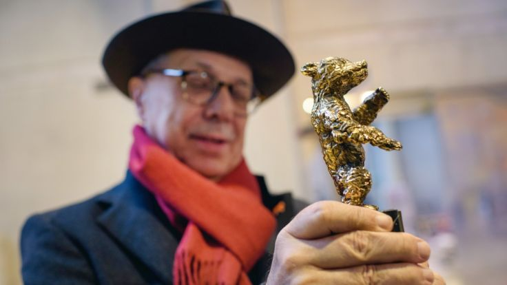 Der Direktor der Internationalen Filmfestspiele Berlin, Dieter Kosslick, hält in der Bildgießerei Hermann Noack einen Prototyp des Berlinale-Bären, die Trophäe der Filmfestspiele, in den Händen.