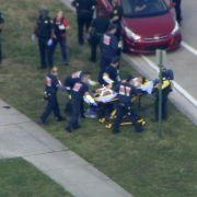Das Videobild von WPLG-TV zeigt wie Hilfskräfte eine verletzte Person bei der Marjory Stoneman Douglas High School evakuiert.