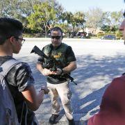 Ein Polizeibeamter spricht mit Schülern.