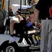 Rettungskräfte versorgen einen blutverschmierten Schüler.