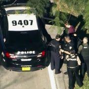 Das vom Fernsehsender WPLG-TV zur Verfügung gestellte Video-Standbild zeigt Einsatzkräfte der Polizei, die einen unidentifizierten Mann (dunkelrotes Shirt) festnehmen.