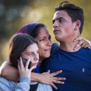Zwei Schüler werden von einer Familienangehörigen umarmt, nachdem an der Marjory Stoneman Douglas High School tödliche Schüsse gefallen sind.
