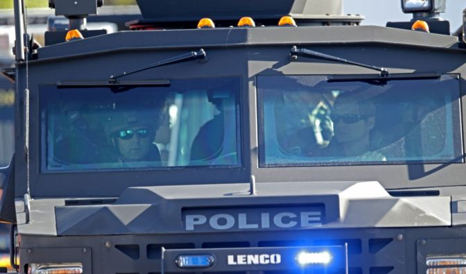 Spezialeinheiten rücken an, nachdem an der Marjory Stoneman Douglas High School tödliche Schüsse gefallen sind. (Foto)