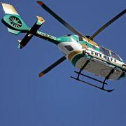Ein Helikopter des Broward Sheriff's Office fliegt über die Marjory Stoneman Douglas High School.