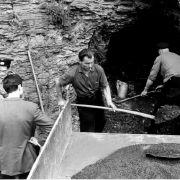 Arbeiter im Juni 1966 beim Aufladen von Schutt und Geröll vor dem Stollen, in dem die Leichen der Kinder gefunden wurden.