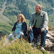 """""""St. Josef am Berge"""": Joseph (Harald Krassnitzer) möchte seine Schwiegertochter Svea (Paula Kalenberg) überreden zu bleiben. (Foto)"""