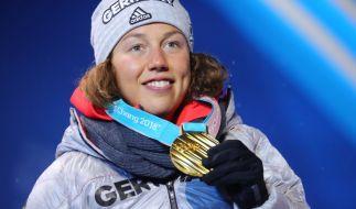 Laura Dahlmeier präsentiert stolz ihre Goldmedaille. (Foto)