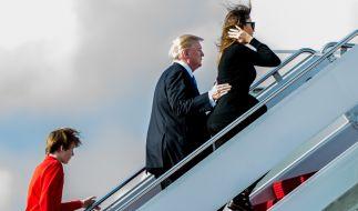 Mit gebührendem Abstand folgt Barron Trump seinen Eltern in die Maschine. (Foto)