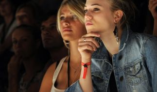 Sarina Nowak (l) und Larissa Marolt 2010 während der Mercedes-Benz Fashion Week in Berlin. (Foto)