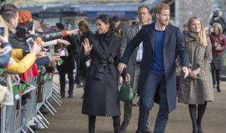 Als Meghan Markle und Prinz Harry in Cardiff ein Bad in der Menge nahmen, war Amy Pickerill (rechts) dem Paar ganz nah. (Foto)