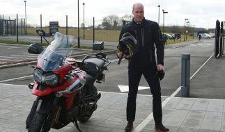 Prinz William frönte bei einer Besichtigung der Produktionshalle des Motoradherstellers Triumph Motorcycles seiner Leidenschaft für schnelle Zweiräder. (Foto)
