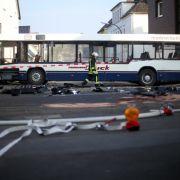 Schulbus kracht gegen Hauswand - 19 Kinder verletzt (Foto)