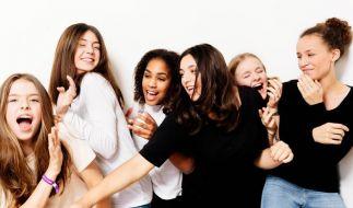 """Sängerin Aliya Ilgin (3.v.r.) und Freundinnen protestieren mit dem Song """"I'm not Heidis girl"""" gegen die Sendung """"Germany's Next Topmodel"""" von Heidi Klum. (Foto)"""