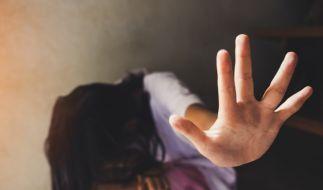Zwei Handwerker vergewaltigten die junge Mutter. (Foto)