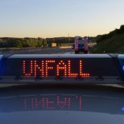 Frau fährt in Leitplanke - Ehemann stirbt Sekunden danach (Foto)