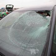 Eisplatte kracht in Windschutzscheibe - Frau schwer verletzt (Foto)