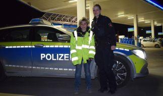 Polizeikommissarin Frech von der Autobahnpolizei Hildesheim mit dem der frierenden Jannis. (Foto)