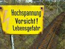 Von Bahngleisen und Oberleitungen geht eine tödliche Gefahr aus (Symbolbild). (Foto)