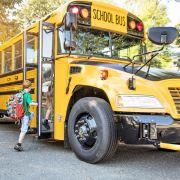 Vater lässt Sohn (10) zur Schule rennen und fährt hinterher (Foto)