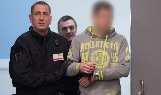 Der Angeklagte Justin S. kommt in der Justizvollzugsanstalt (JVA) in Dresden zu Prozessbeginn in den Verhandlungssaal. (Foto)