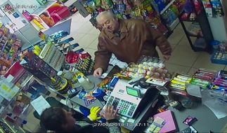 Dieses am 07.02.2018 von ITN bereitgestellte Videostandbild einer Überwachungskamera zeigt den früheren russischen Doppelagenten Sergej Skripal, der am Wochenende in der südenglischen Stadt Salisbury mit Vergiftungserscheinungen aufgefunden wurde. (Foto)