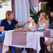 Stößchen! Rebecca Völz und Svenja lassen die Korken knallen.