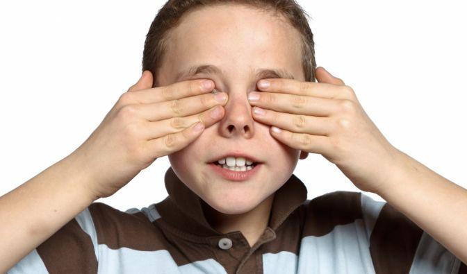 Er hält sich die Augen nur zu, Christian wurde ohne Augen geboren. (Symbolbild) (Foto)