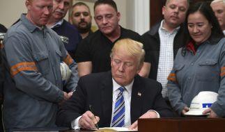 US-Präsident Donald Trump unterzeichnet die Vereinbarung für die Verhängung von Strafzöllen. (Foto)