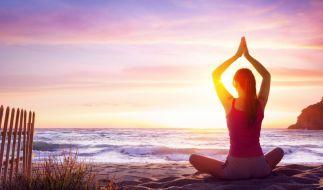 Yoga kann gegen viele Alltagsbeschwerden helfen. (Foto)