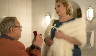 Den Antrag hätte er sich sparen können: Bernd (Fritz Roth) holt sich bei Karin (Manon Straché) eine Abfuhr. (Foto)