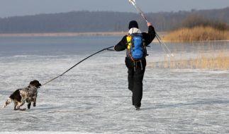 Beim Versuch, seinen Hund aus einem vereisten See zu retten, ist ein Mann ums Leben gekommen. (Foto)