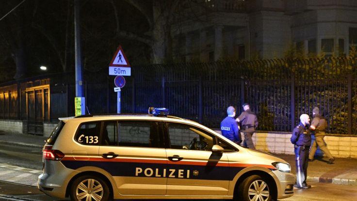 Ein Polizeiauto steht vor der iranischen Residenz in Wien. Ein österreichischer Soldat hat vor der Residenz einen mit einem Messer bewaffneten Mann erschossen.