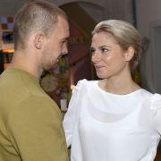 Chris (Eric Stehfest) ist freut sich über die Rückkehr von Sunny (Valentina Pahde).