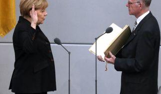 Bundeskanzlerin Angela Merkel legt am 17.12.2013 im Bundestag in Berlin beim Parlamentspräsidenten Norbert Lammert (beide CDU) den Amtseid ab. (Foto)
