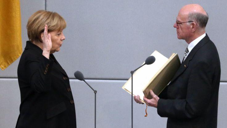 Bundeskanzlerin Angela Merkel legt am 17.12.2013 im Bundestag in Berlin beim Parlamentspräsidenten Norbert Lammert (beide CDU) den Amtseid ab.
