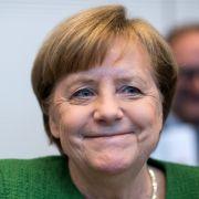 Merkel wiedergewählt! Polizei überwältigt Störer (Foto)