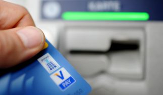 Immer mehr Banken verlangen Geld fürs abheben. (Foto)
