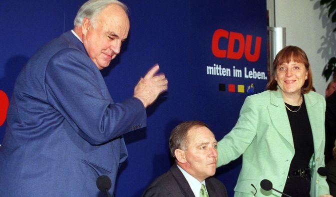 Schick in Mintgrün: Angela Merkel 1990 bei einer CDU-Pressekonferenz neben Altbundeskanzler Helmut Kohl. (Foto)
