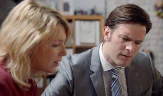 Lilly Seefeld (Iris Mareike Steen) wird von ihrem Doktorvater Prof. Dr. Oliver Brückner (Florian Stiehler) sexuell belästigt. (Foto)