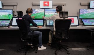 Die Fifa hat sich darauf geeinigt, dass bei der Fußball-WM 2018 auch Video-Schiedsrichter eingesetzt werden können. (Foto)