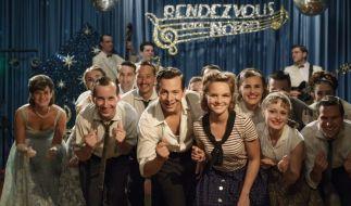 """Monika Schöllack (Sonja Gerhardt, Mitte rechts) und Freddy Donath (Trystan Pütter, Mitte links) in der Fernsehshow """"Rendezvous nach Noten"""". (Foto)"""