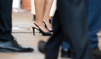 Allein unter Männern - und unterbezahlt? Viele Frauen wissen gar nicht, ob sie weniger verdienen als ihre Kollegen. Da hilft nur nachfragen, auch wenn es verpönt ist. (Foto)