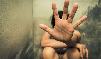Ein Mann vergewaltigte seine minderjährigen Stieftöchter. (Symbolbild) (Foto)