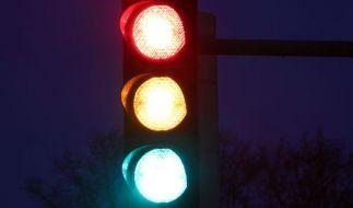 Noch schnell Gas geben oder bremsen? Halten müssen Autofahrer an einer gelben Ampel nur, wenn das Fahrzeug noch sicher zum Stehen kommt. (Foto)