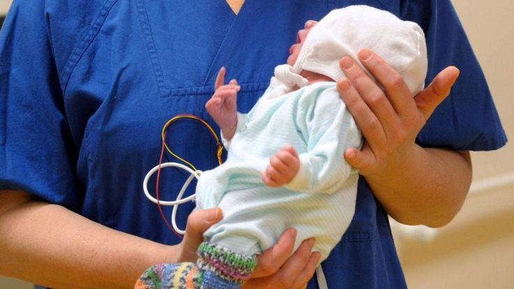 Zeitungsbotin findet neugeborenes Baby vor Haustür