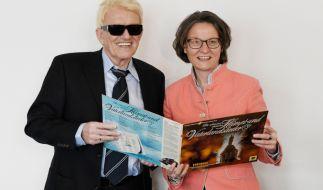 Schlagersänger Heino (links) hat Nordrhein-Westfalens Heimatministerin Ina Scharrenbach (CDU) mit einem musikalischen Gastgeschenk in die Bredouille gebracht. (Foto)