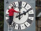 Uhrentechniker Tobias Vogler kontrolliert die Mechanik der Zeiger der Kirchturmuhr der Dresdner Lukaskirche. (Foto)